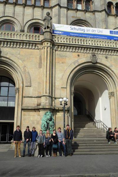 Die Schülerinnen und Schüler aus Nordhorn vor dem Welfenschloss.