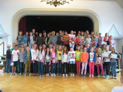Big Challenge 2014: Preisträger und Teilnehmer bei der Urkundenübergabe in der Aula des Gymnasiums Nordhorn.