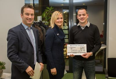 Scheckübergabe: Michael Weggebakker und Sandra Böwing überreichen Lars Schoppmann (r.) den 1. Preis.