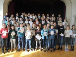 Die erfolgreichen Schülerinnen und Schüler bei der Preisverleihung.