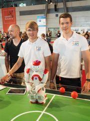 Jonathan Wandscheer und Hanno Kappen vom Gymnasium Nordhorn mit dem Roboter auf der IdeenExpo 2015.