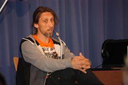 Rainer Rudloff liest für Schülerinnen und Schüler des Gymnasiums Nordhorn.